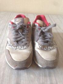 Nike Air Max Girls Size 4