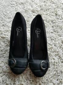 Black platform shoes size 4.5