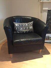 Pair of Black Leather Tub Chairs in Good Condition
