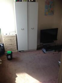 Single roon to rent in large house £75 per Week