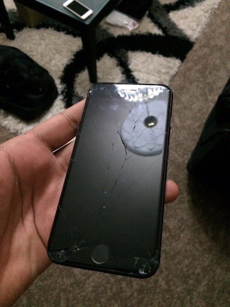 iPhone 7 32gb ee mobile phone Cracked screen but fully functional