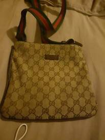 gd condition gucci pouch