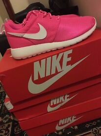 BRAND NEW NIKE ROSHE TRANIERS SHOES PINK SIZE 5.5 WITH BOX CHRISTMAS GIFT