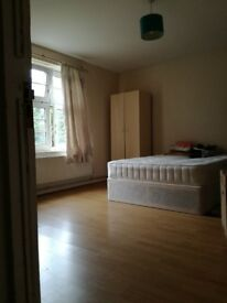 EXTRA LARGE DOUBLE ROOM JUST 1 STOP TO TOWER BRIDGE!FRIENDLY AND RESPECTFUL FLATMATES AND QUIET FLAT