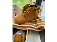 Baby timberland crib boots and hat uk 1.5 FREE POSTAGE