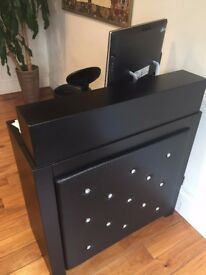 beautiful desk, ideal for hair salon or barber, just bought it, so it's like new!