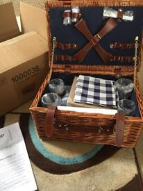 VonShef 4 Person Traditional Wicker Picnic Basket Hamper with accessories
