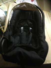New born car seat in excellent condition