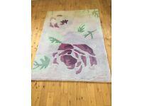 Flower patterned short pile rug. Excellent condition. Size 165x120cm.