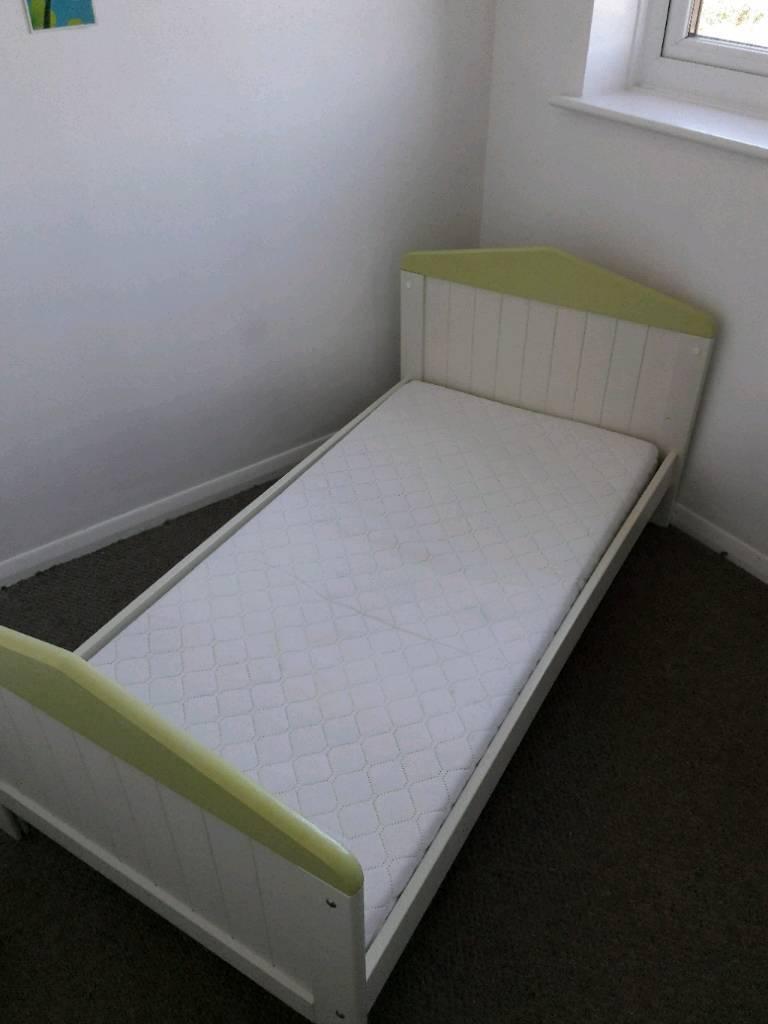 Toddler bed/crib & mattress