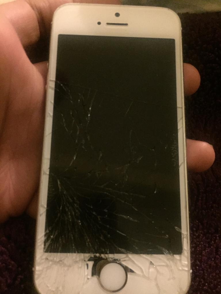 iPhone 5s cracked screenin Bromley, LondonGumtree - iPhone 5s16 gb gold EE cracked screen Call text or whatsapp 90£