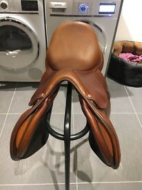 Butut Doublee jumping Saddle 17.5 with girth and stirrup leathers lovely condition