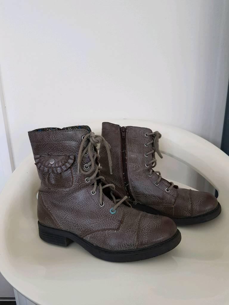 Skecher girls boots size 2