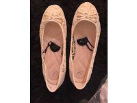 Size 9 unworn cream lace shoes