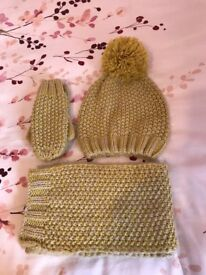 Girls hat, scarf and gloves 3-6 years