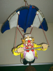 A FLYING CLOWN -- Hang Gliding !