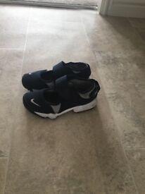 Boys Navy/Sliver Nike Rifts