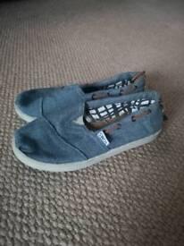 Boys size 1 Toms shoes