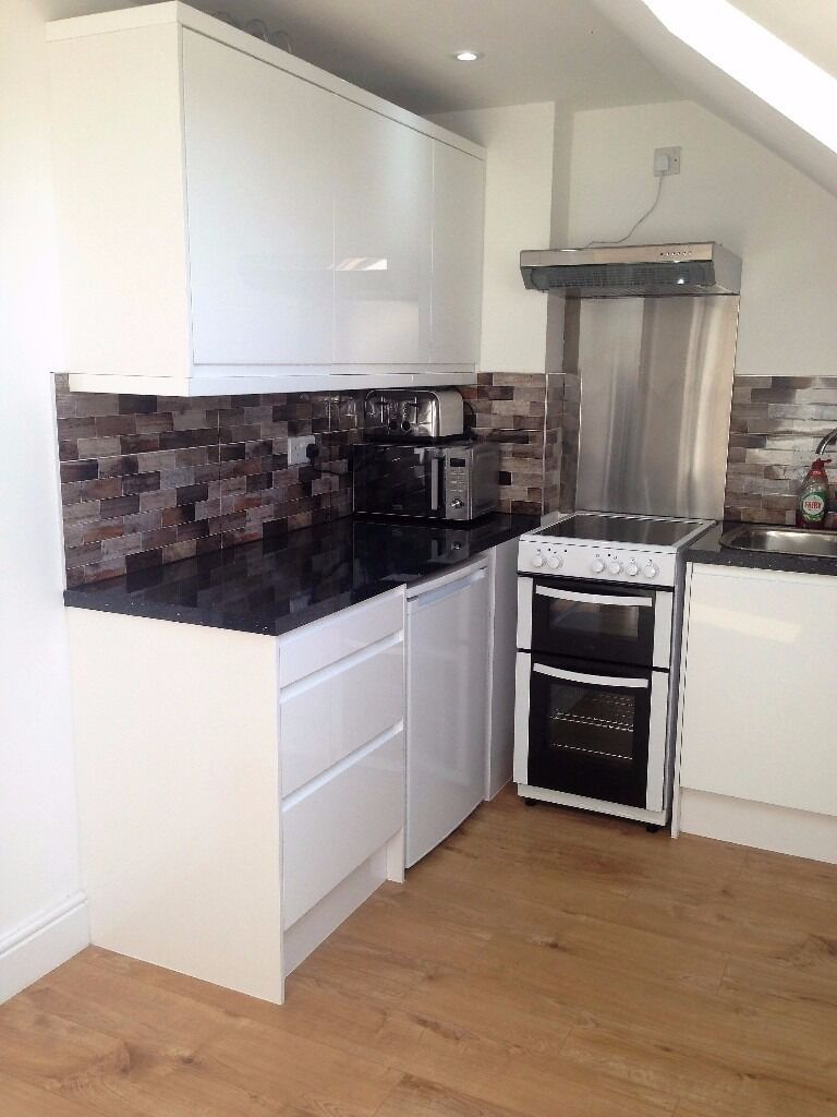 PROPERTY HUNTERS ARE PLEASED TO OFFER A SMALL MODERN 1 BED FLAT FOR £1000 PCM ALL BILLS INCLUDED !