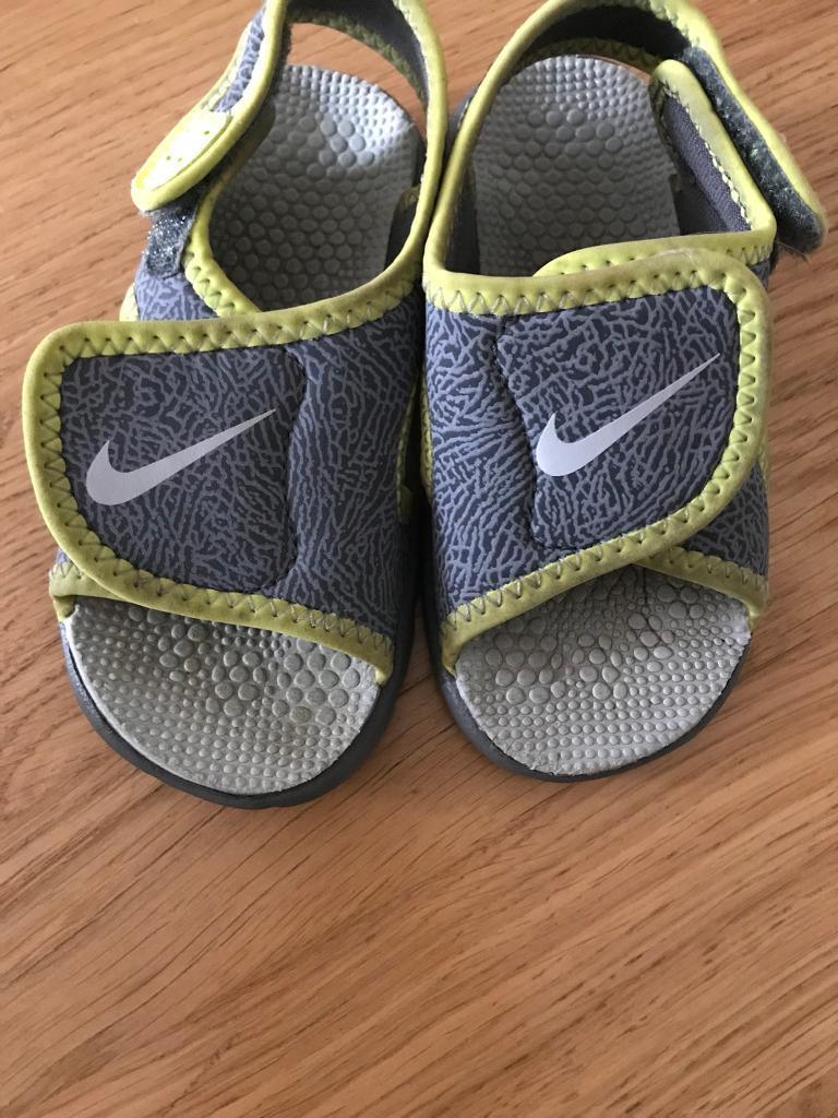 a081f80ab895 Boys Nike sandals size 5