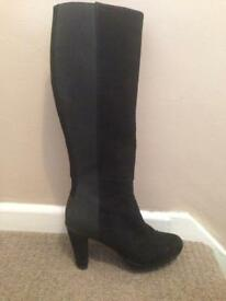 Ladies boots size 4-5