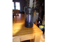 Freestanding UV insect zapper