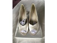 Rainbow 'Alexa' satin ivory size 7 bridal shoes