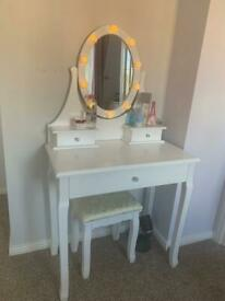 Vanity/desk with stool