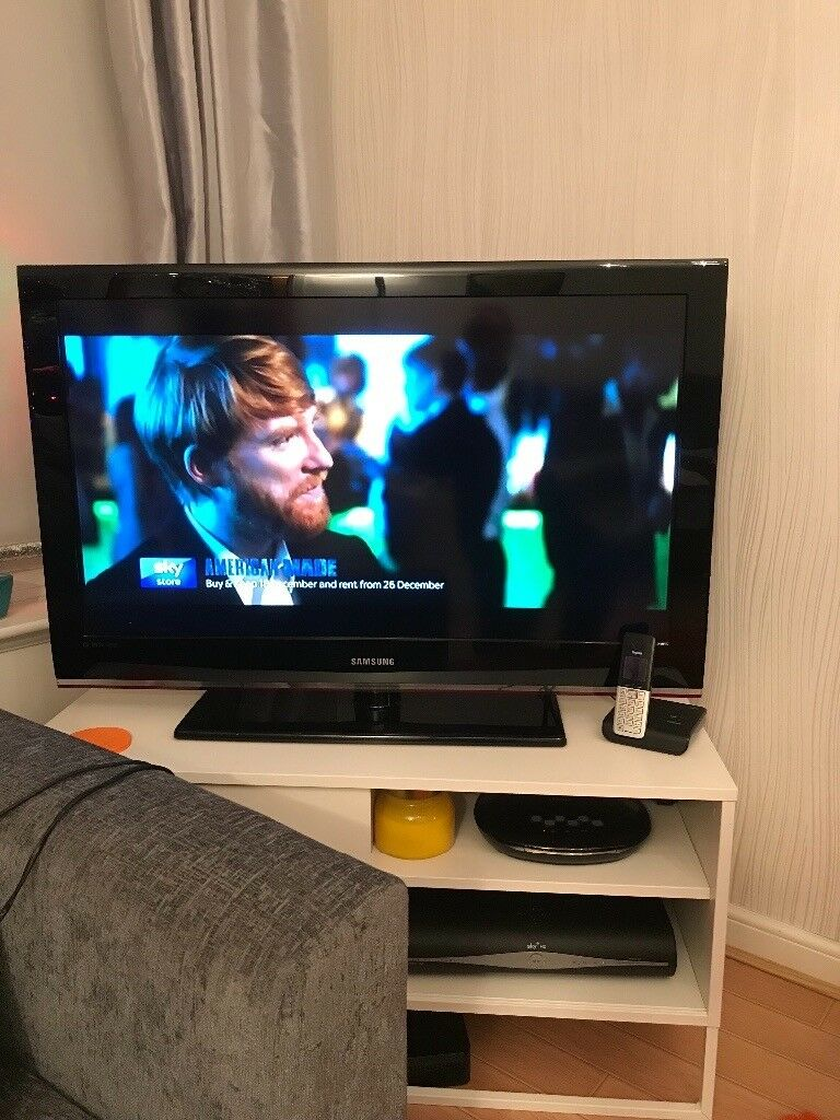 """Tv 40"""" Samsung HD LCD includes stand instructions and remote control"""