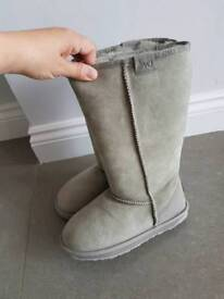 Womens Australian sheepskin boots size 5
