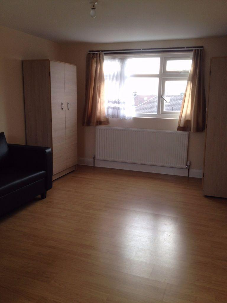 VERY SPACIOUS LOFT ROOM TO RENT IN ILFORD! MODERN AND CLEAN! FULLY FURNISHED!