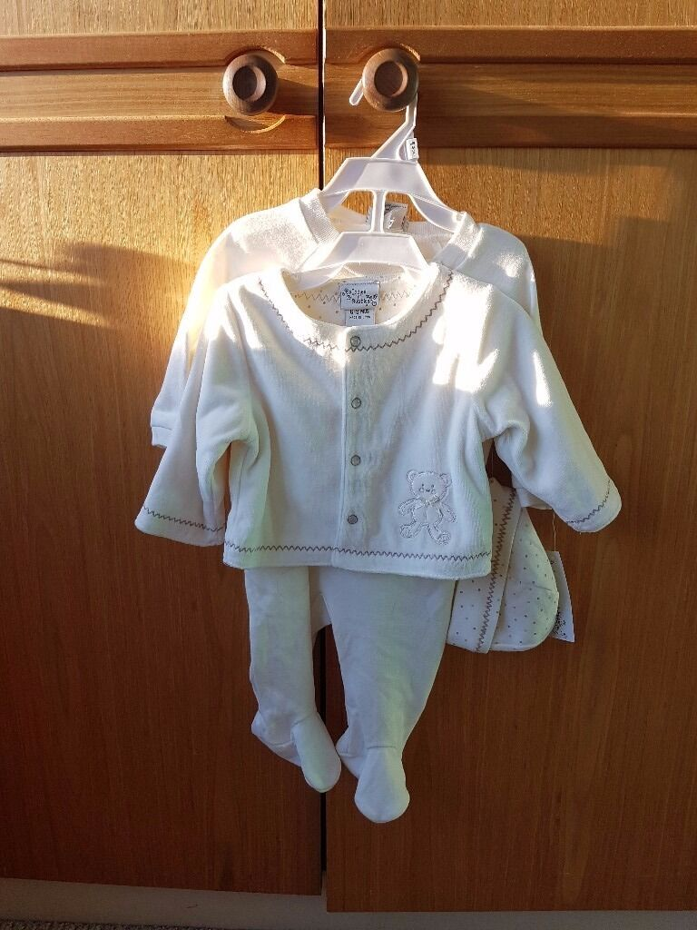 Baby clothes setin Sutton, LondonGumtree - Unisex beautiful supersoft set. Includes all in one, jacket and matching hat. Brand new with tags. Age 6 9 months