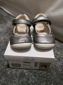 2 pairs of clarks cruiser shoes size 3. 5G and 4G