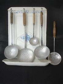 VINTAGE FRENCH ALUMINIUM KITCHEN UTENSILS x5 & HANGING RACK WITH DRIP TRAY.