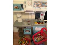 BEAUTIFUL KITCHEN MADE BY STEP 2 COMES WITH PLAY FOOD ETC