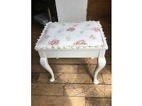 A LOVELY SHABBY CHIC VINTAGE MUSIC STOOL SET ON CABRIOLLE LEGS WITH STORAGE BENEATH