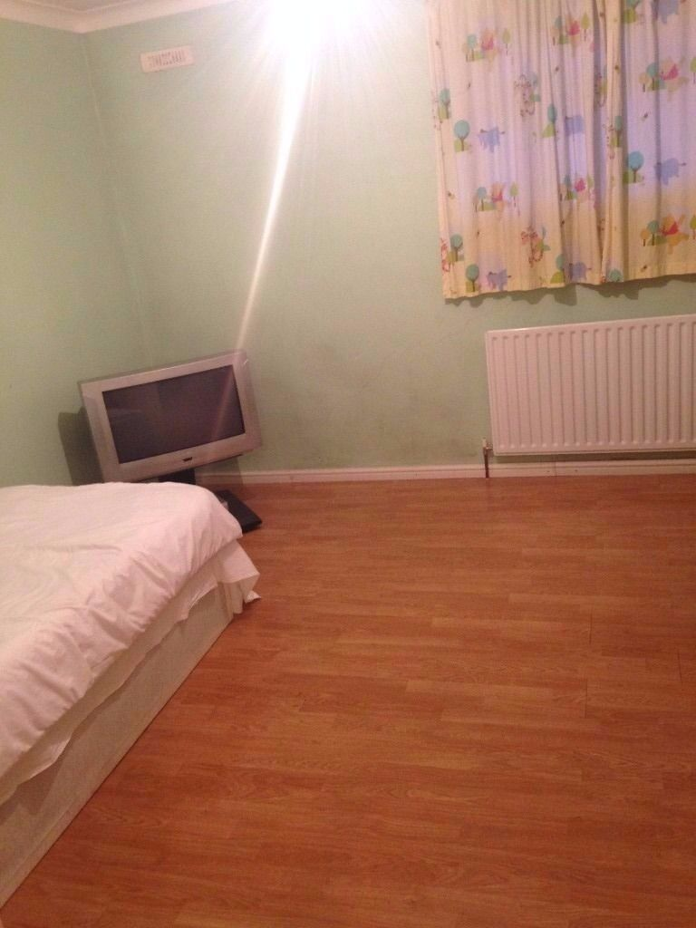 MASTER BEDROOM 10 MINUTES WALK TO NORTHOLT STATION £450