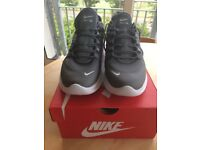 BRAND NEW NIKE Air Max (UK size 7.5) Mens Trainer shoes
