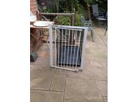 Safety gate suitable for pets and children