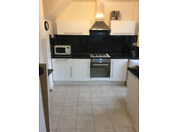 Double room available in big house, Gardens and Living room, 10min walk to Southfiled Station