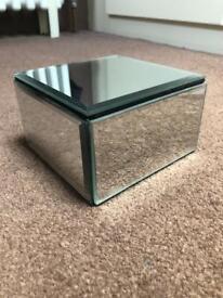 Jewelry mirror box