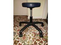 Salon stool with wheels
