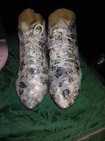 Flowery boots - size 8.