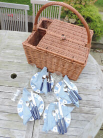 A Large Traditional Wicker Picnic Basket – 4 person