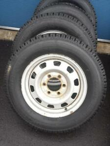 LIKE BRAND NEW  KIA SEDONA HIGH PERFORMANCE MOTOMASTER WINTER TIRES 215 / 70 / 16 ON FACTORY OEM STEEL RIMS