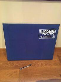 Regular sized flood gate / flood barrier. 89.0cm > 97.5cm.