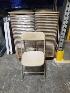 Lot de 300 chaise pliante usagé couleur camel à 8$ chaque chaise