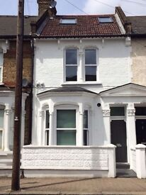3 bed flat minutes from Clapham Junction w. outdoor space - available 5th August