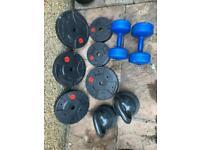 4 5kg plates, 2 2.5kg plates. 2 10kg dumbbells. 2 10kg kettlebells