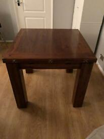 Solid wood extendable table